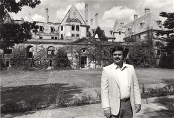 Gary Melius in front of Oheka